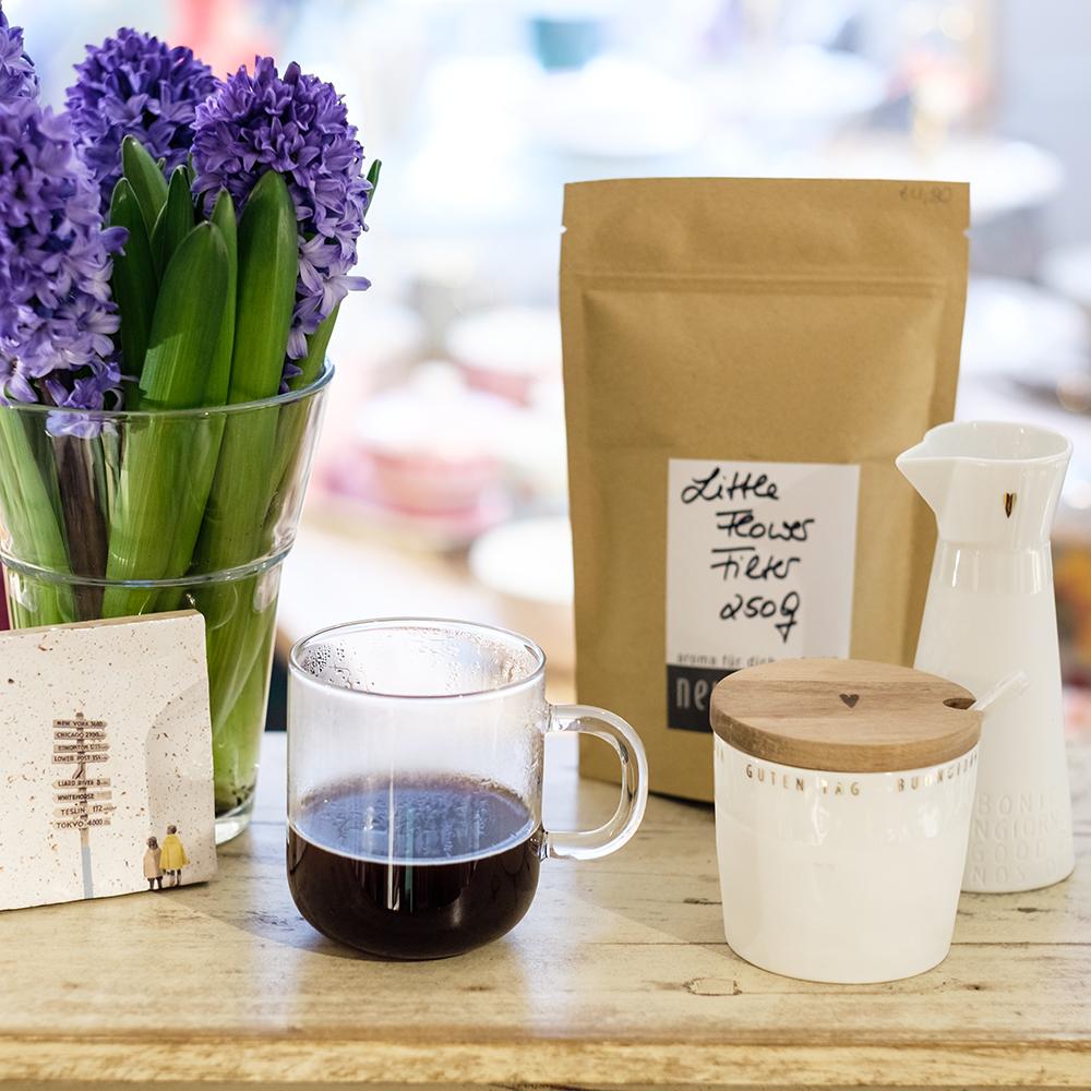 zubereitete Tasse Kaffee im Handfilter