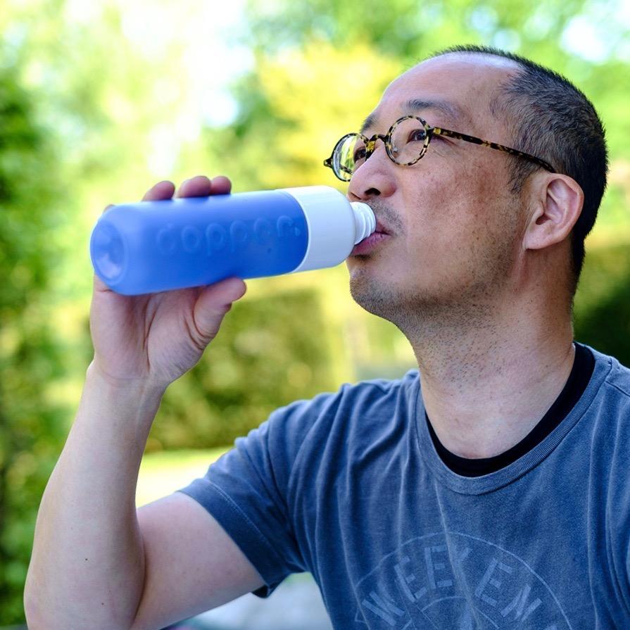 Dopper die Trinkflasche im Gebrauch