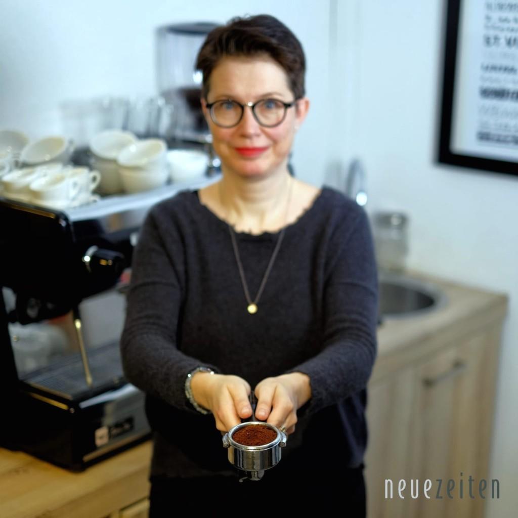 frisch gerösteter Kaffee - Nicole mit Siebträger