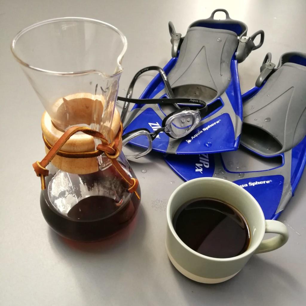 Beitragsbild - Kaffee und Sport - Cemex und Schwimmflossen