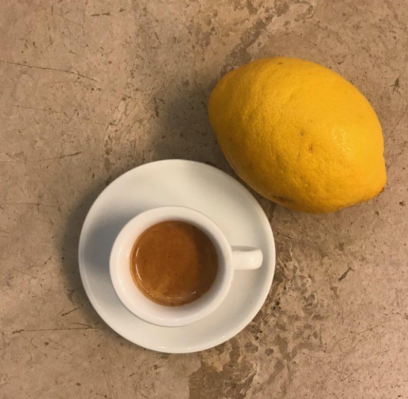 Ein Espresso mit Zitronensaft kann helfen