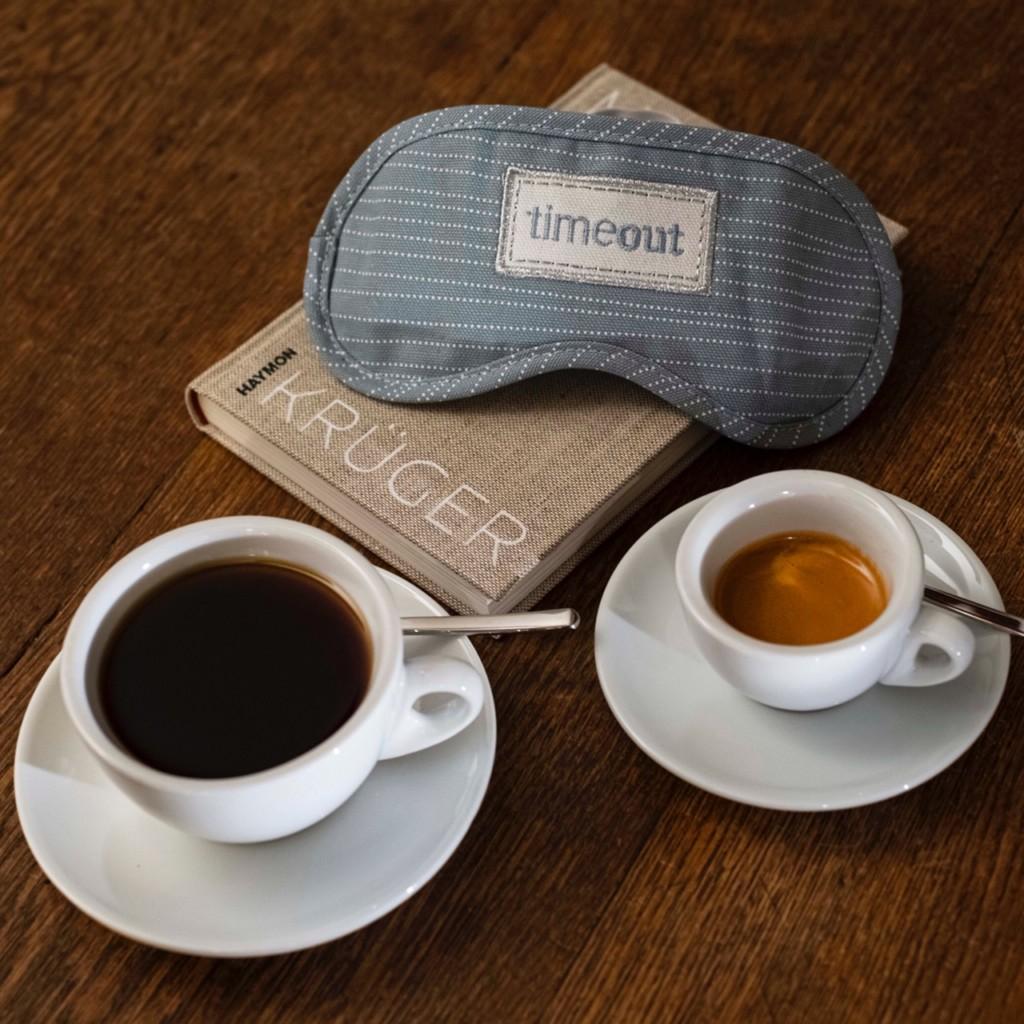 Kaffee und Espresso lassen  dich nicht schlafen? Vielleicht hilft ein gutes Buch und Dunkelheit