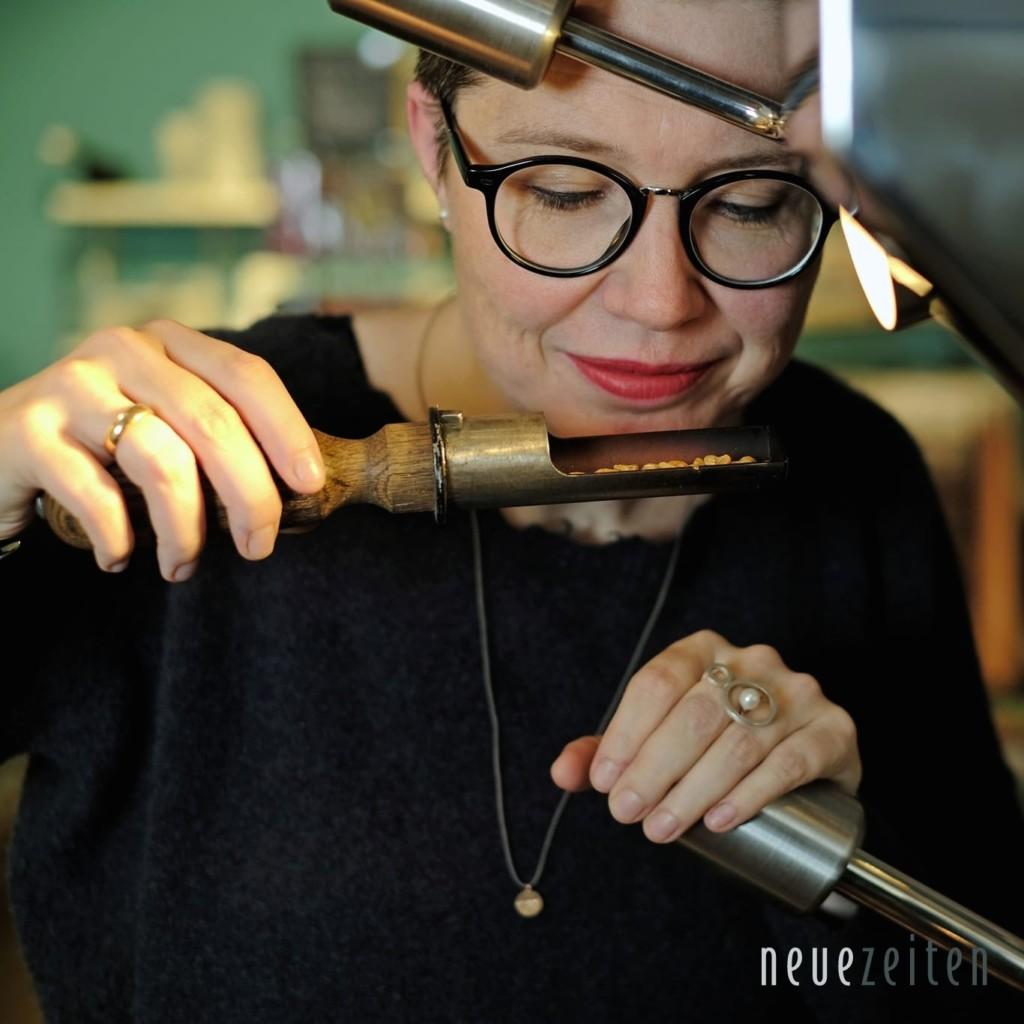 Frisch geröstet: Nicole macht die Duftprobe