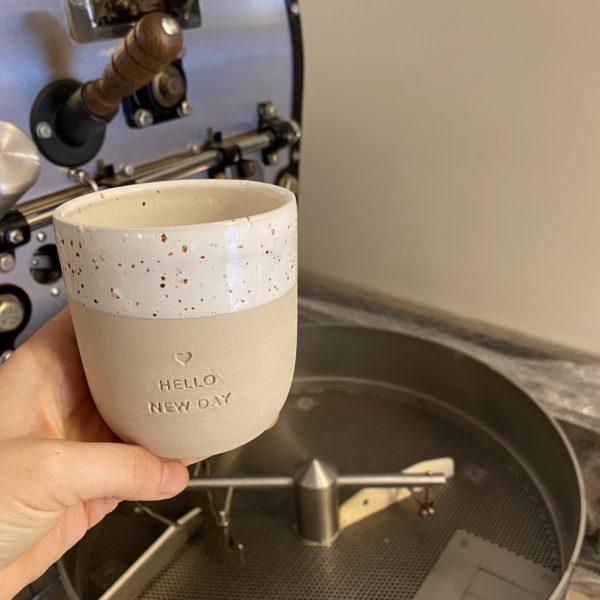 Aus diesem Becher schmeckt der Kaffee